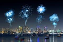 Los fuegos artificiales sobre Pattaya varan en la noche, Chonburi, Tailandia Foto de archivo libre de regalías