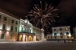 Los fuegos artificiales sobre Toompea se escudan al parlamento de Estonia fotos de archivo