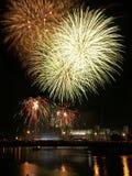 Los fuegos artificiales sobre Wawel se escudan en Kraków fotos de archivo libres de regalías