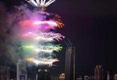 Los fuegos artificiales suenan en los 2017 Años Nuevos en el edificio de Taipei 101 en Taiwán Imágenes de archivo libres de regalías