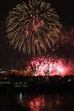 Los fuegos artificiales ven de Jacques-Cartier Bridge Fotografía de archivo