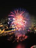 Los fuegos artificiales visualizan en la bahía del puerto deportivo durante NDP 2012 Imagen de archivo