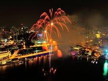 Los fuegos artificiales visualizan en la bahía del puerto deportivo durante NDP 2012 Foto de archivo libre de regalías