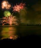 Los fuegos artificiales visualizan sobre el mar Fotos de archivo libres de regalías