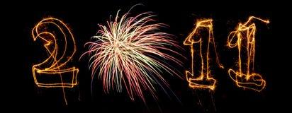 Los fuegos artificiales y los sparklers escriben 2011 Imágenes de archivo libres de regalías
