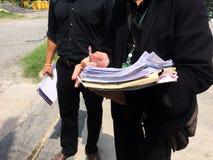 Los funcionarios están verificando en común la exactitud de la tarea fotografía de archivo