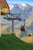 Los funiculares conducen lejos de la estación abajo en el fondo de las montañas nevosas Imagen de archivo