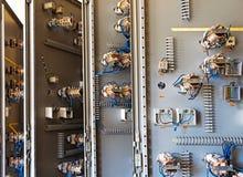 Los fusibles de cerámica viejos en un panel de control  Imagen de archivo