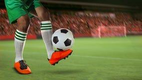 Los futbolistas del fútbol en estadio del deporte colocan contra el club de fans Imagen de archivo libre de regalías