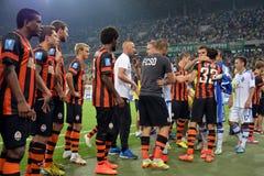 Los futbolistas se están saludando después del partido Imágenes de archivo libres de regalías