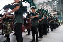 Los gaiteros congriegan frunces en la plaza de UOB en Singapur durante el día 2018 del ` s de St Patrick fotografía de archivo libre de regalías