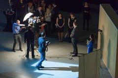 Los ganadores del premio dan entrevista después de la ceremonia de la recompensa Foto de archivo