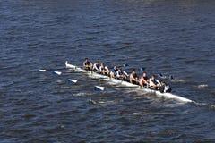 Los Gatos乘员组在查尔斯赛船会人` s青年时期Eights头赛跑  图库摄影
