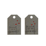 Los gatos con los corazones en etiqueta, los pequeños gatos marcan con etiqueta, etiqueta del día de tarjetas del día de San Vale Fotografía de archivo