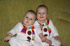 Los gemelos desgastan la pequeña carrocería blanca de los snowmans Foto de archivo libre de regalías