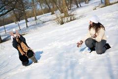 Los gemelos se divierten en el parque Foto de archivo libre de regalías
