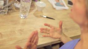 Los gestos de mano, pluma mienten almacen de metraje de vídeo