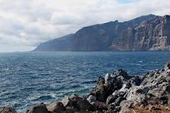 Los Gigantes -在特内里费岛的火山的海岸线 免版税库存图片