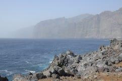Los Gigantes cubierto en la niebla, Tenerife, España Imágenes de archivo libres de regalías