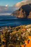 Los Gigantes en Stad tijdens zonsondergang-Tenerife, Spanje royalty-vrije stock foto