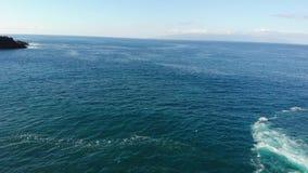 Los Gigantes klippen en het overzien van de oceaan van het strand Ochtend op het Eiland Tenerife Atlantische golven en vulkanisch stock video