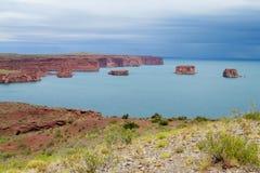 Los gigantes rotsen in het meer dichtbij Gr Chocon, Neuquen Stock Foto's