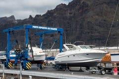 LOS GIGANTES, TENERIFE/SPAIN - 22 DE JANEIRO DE 2015: Barcos que são cl imagem de stock