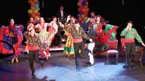 Los gitanos bailan el conjunto en el teatro del estado judío, Rumania almacen de video