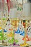 Los glases coloreados del champán se preparan para un partido de la familia Foto de archivo libre de regalías