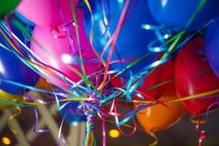 Los globos adornados coloridos del helio para las celebraciones felices van de fiesta imágenes de archivo libres de regalías