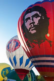 Los globos coloreados brillantes se preparan para volar Fotos de archivo