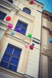 Los globos coloridos del día de fiesta están volando al cielo Foto de archivo libre de regalías
