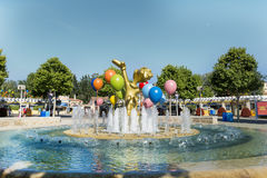 Los globos decorativos de la fuente y del metal en parque de atracciones viran el aventura hacia el lado de babor, España Foto de archivo libre de regalías