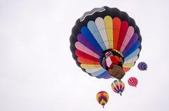 Los globos del aire caliente ascienden en el cielo Hudson Hot Air Affair Fotos de archivo libres de regalías