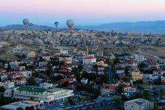 Los globos del aire caliente están volando sobre Goreme Cappadocia Turquía Foto de archivo libre de regalías