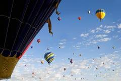 Los globos del aire caliente llenan el cielo Imagen de archivo libre de regalías