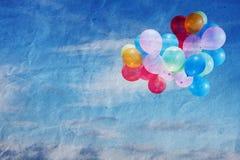 Los globos en el cielo, vintage, textura arrugaron el papel Foto de archivo libre de regalías