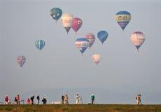 Los globos múltiples del aire caliente quitan Fotografía de archivo
