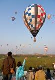 Los globos múltiples del aire caliente quitan Foto de archivo libre de regalías