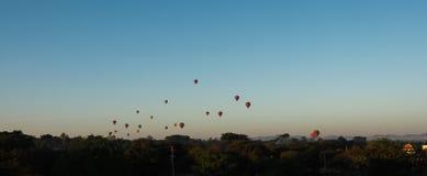Los globos que vuelan sobre el templo de Dhammayangyi en Bagan Myanmar, hinchando sobre Bagan son uno de la acción más memorable  Imagen de archivo libre de regalías