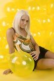 Los globos rubios magníficos de la falda se sientan Foto de archivo libre de regalías