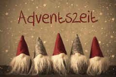Los gnomos, copos de nieve, Adventszeit significan a Advent Season Fotos de archivo
