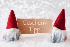 Los gnomos rojos con la tarjeta, Geschenk Tipp significan extremidad del regalo Fotografía de archivo libre de regalías