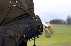 Los Golfclubs en bolso negro encendido mueven hacia atrás de golfista Fotos de archivo