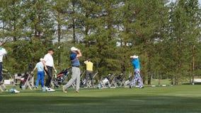Los golfistas golpearon el campo de golf arrebatador en el verano El juego del golf foto de archivo libre de regalías