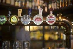Los golpecitos de la cerveza se cierran para arriba en pub fotografía de archivo libre de regalías