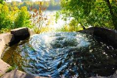 Los golpes del agua en un pozo grande Imágenes de archivo libres de regalías