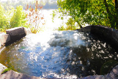 Los golpes del agua en un pozo grande Imagen de archivo libre de regalías