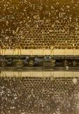 Los goteos dulces de la miel de la miel del peine del espejo de oro amarillo brillante de la reflexión fluyen durante fondo de la Imágenes de archivo libres de regalías