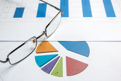 Los gráficos financieros diagram para el negocio del trabajo y económico Foto de archivo